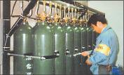 写真:不活性ガス消火設備の点検